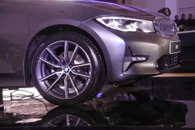 FOTO: Fitur Canggih BMW 320i Sport yang Dibanderol Rp 849 Juta