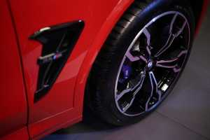 Velg ringan BMW M 21 inci V-spoke style 765 M dalam warna Bi-color high-sheen / Jet Black