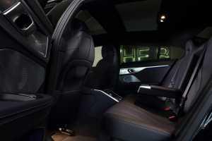 Panjang ekstra dari jarak sumbu roda dan aperture pintu besar beri penumpang ruang kaki belakang lebih luas