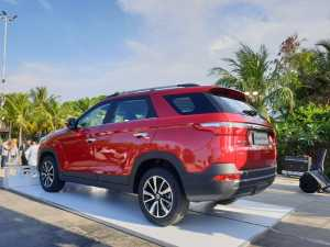 Bagian belakangnya bergaya Range Rover Evoque dengan floating roof