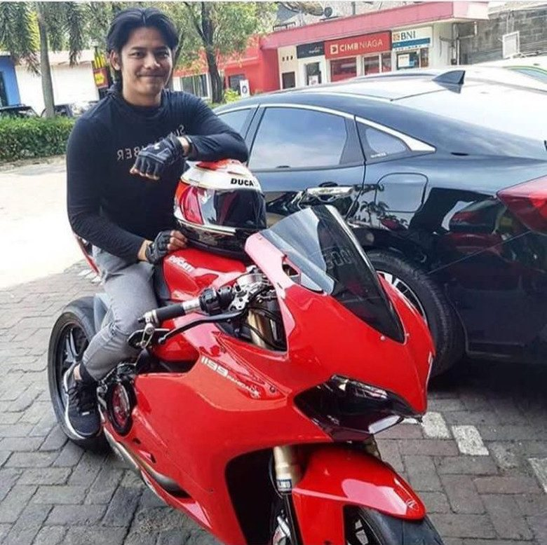 Ducati Panigale jadi Tunggangan Pria di Kamar Angel Lelga