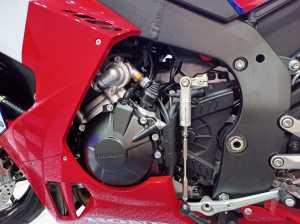 Mesin 999,9 cc DOHC 4-silinder inline