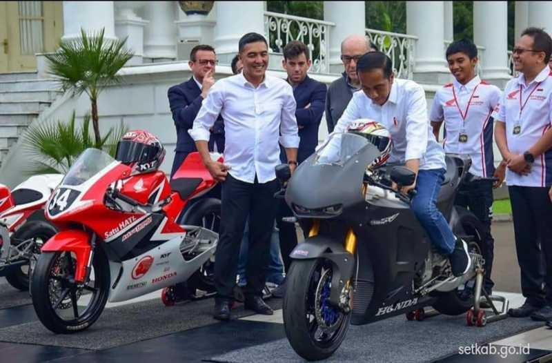 Jokowi Jajal Motor Balap motoGP di Istana Negara, Di Sirkuit Kapan Pak?