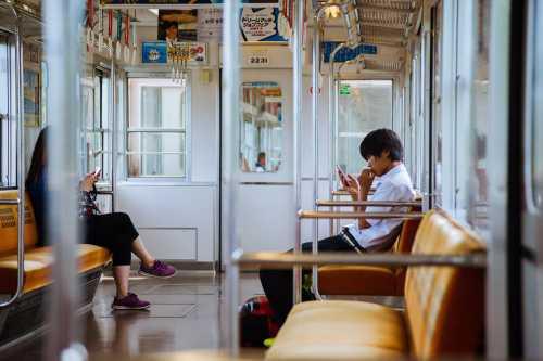 New Normal Dalam Gerbong KRL, Dilarang Bicara Lewat Telepon