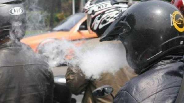 Alasan Bikers Suka Ngerokok Sambil Naik Motor