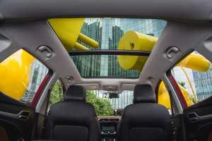 Sunroof yang bisa dibuka tutup secara elektrik jadi pelengkap sekaligus gimmick utama di dalam kabin MG ZS