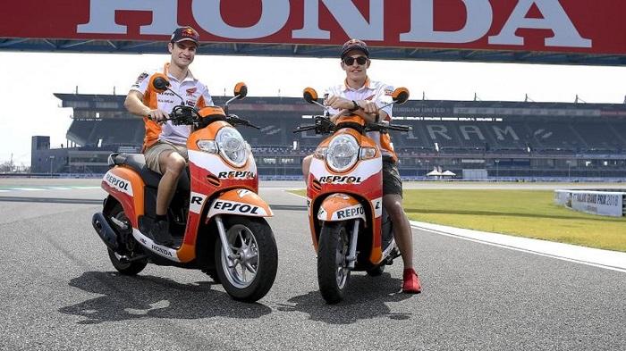 Dua Pembalap Honda Keliling Sirkuit Buriram Naik Scoopy