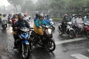 Cara Aman Naik Motor saat Hujan