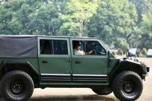Menteri Pertahanan  Prabowo Subianto  menguji Pindad Maung.