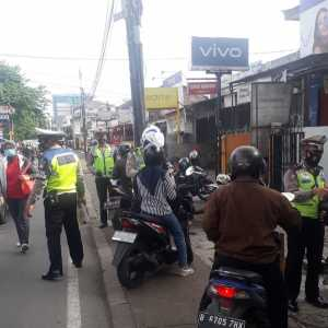 Polri lakukan penindakan terhadap para Prmotor pelanggar lalin di Pondok Labu, Jakarta Selatan. (Foto: TMC Polda Metro Jaya)
