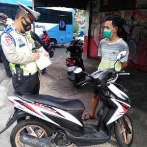 Polri lakukan penindakan terhadap para Prmotor pelanggar lalin di Jl. Letjen Suprapto, Jakarta Pusat. (Foto: TMC Polda Metro Jaya)