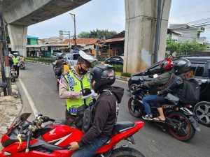 Polri lakukan penindakan terhadap para Pemotor pelanggar lalin di Jl. Ciledug Raya, Jakarta Selatan. (Foto: TMC Polda Metro Jaya)