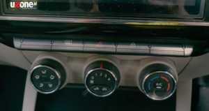Ada tombol-tombol yang bisa mengakses defoger, hazard dan central lock di tengah sayang di bawahnya panel-panel AC masih seperti kompor gas (Bagja - Uzone.id)