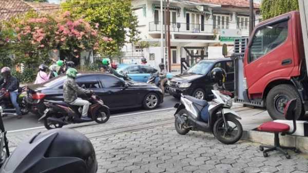 Koboy Kok Naik BMW, Lawan Arah dan Supirnya Nodong Pistol