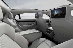 Layar monitor ditempatkan di belakang sandaran kepala kursi depan.