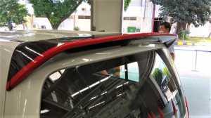 Spoiler belakang atas diberi garis strip merah