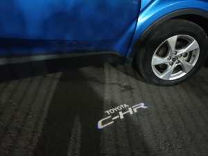 Kalau pintu dibuka, bakal ada siluet lampu bergambar logo Toyota C-HR (Bagja - Uzone.id)