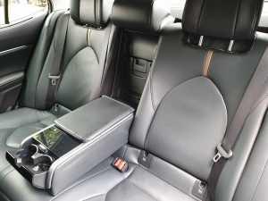 Lounge berjalan di kabin belakang Toyota Camry (Bagja - Uzone.id)