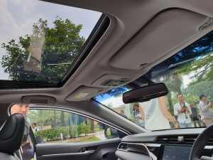 Sedan mewah Toyota ini juga sudah dilengkapi dengan Sunroof (bagja - Uzone.id)