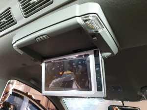 Di bagian kabin, ada monitor sekitar 7 inci yang terintegrasi dengan monitor di depan (Uzone.id - Bagja)