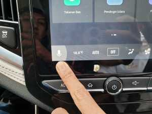 Selain itu, ada juga tombol pada layar sentuhnya untuk mengaktifkan perintah suara