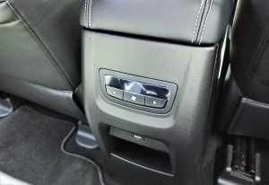 Kontrol AC dan charge USB di belakang konsol depan.