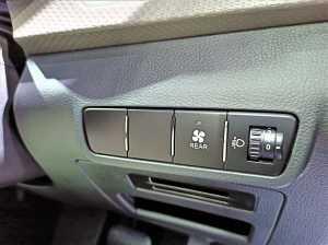 Kontrol AC belakang berada di sisi kanan roda kemudi.