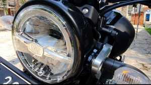 Lampu membulat jadi ciri khas retro pada Yamaha XSR, meski begitu, lampu tersebut sudah full LED dan ada DRL (Bagja - Uzone.id)