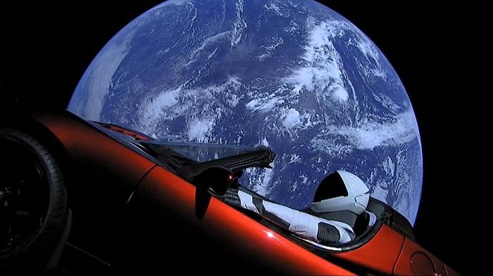 Tesla Roadster Kini Mengorbit di Luar Angkasa