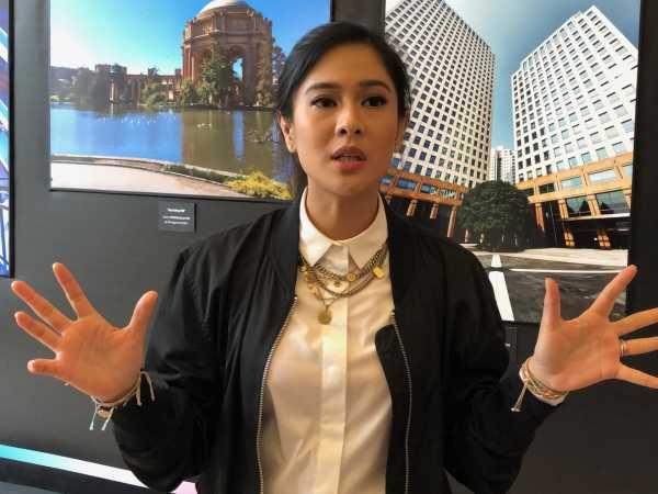 Dian Sastro Kasih Tips Bikin Foto OOTD Pakai Samsung Galaxy S10