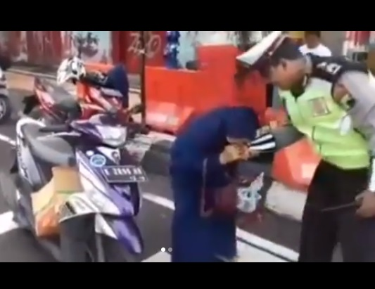 Emak Berhijab Gigit Tangan Polisi Akhirnya Dipidanakan