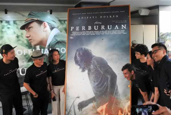 Adipati Dolken dan Ayushita Hadiri Peluncuran Poster Film 'Perburuan'