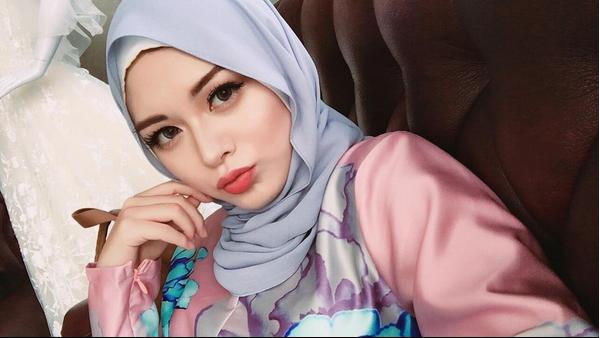 Cantiknya Ayana Moon, Mantan GirlBand Korea yang Kini Berhijab