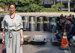 Mona Ratuliu Cemas Novita Angie Temui Polisi Jaga Gedung Bawaslu