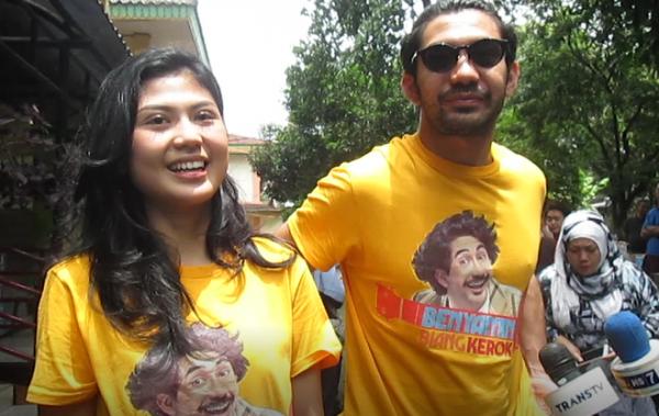 Foto Mengharukan Reza Rahadian dan Delia saat Kunjungi Panti Jompo