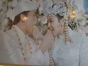 Foto akad Syahreino yang dipajang di Penthouse Grand Hyatt juga memperlihatkan kemesraan keduanya setelah ijab kabul dengan saling suap-suapan dalam balutan tradisi Sunda.