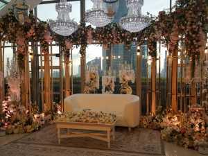 Suasana tempat jumpa pers pasangan Syahreino di Plaza Suite, Penthouse Grand Hyatt, Jakarta. Indah, ya bertabur bunga.