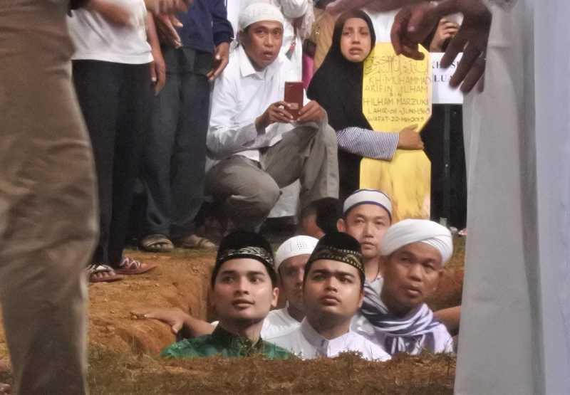 Dua Anak Masuk ke Liang Lahat saat Kuburkan Ustaz Arifin Ilham