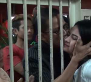 Momen Haru, Ayah Cium Vanessa Angel di Balik Sel Penjara
