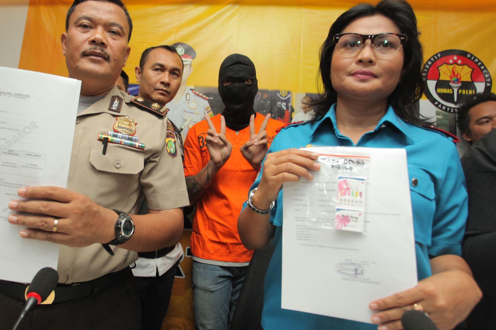 Pakai Baju Tahanan dan Tutup Kepala, Tora Acungkan Jari 'Piss'