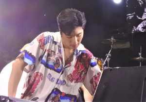 Member iKON tampil santai dengan busana kemeja bercorak dan kaus.