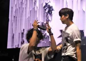 iKON menampilkan irama tarian yang memukau selama memainkan musik.