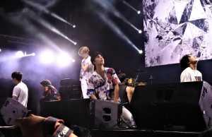 iKON juga memainkan lagu hit macam 'Love Scenario', 'Killing Me', 'Rhythm Ta' hingga 'Dumb and Dumber'.