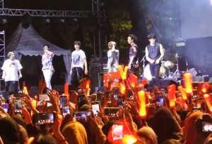 Ikonic memainkan KONBAT (lightstick khas iKON) sepanjang penampilan iKON.
