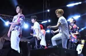 iKON tampil mulai jam 10 malam dan membuka penampilan dengan 'Sinosijak'.