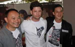 Mike Lewis, Paul O Brien dan Verdi Solaiman di gala premiere Message Man