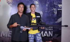 Mike Lewis dan Hamish Daud di gala premiere Message Man