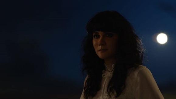Resensi Film: Suzzanna: Bernapas dalam Kubur Sajikan Nostalgia Horor dengan Durasi yang Menyiksa