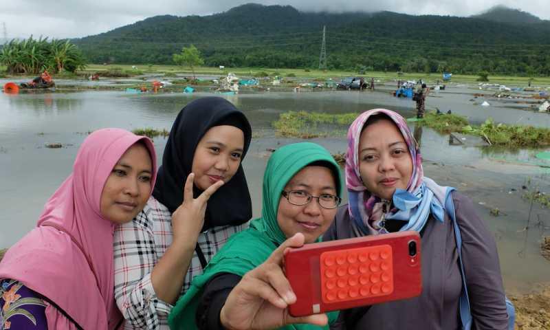 Lokasi Musibah Tsunami Jadi Tempat Berburu Likes di Media Sosial