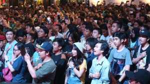 Para penggemar dengan semangat menyanyikan lagu indonesia raya / © Aris Wahyudi/uzone.id